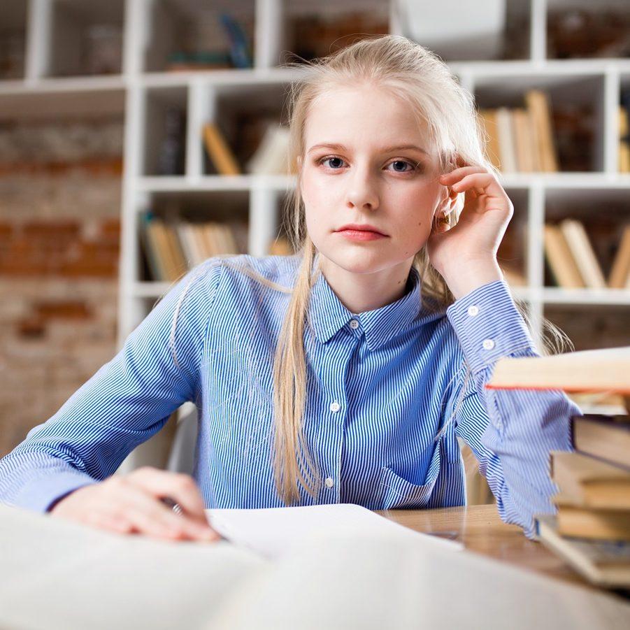 Lernendes Mädchen mit Büchern